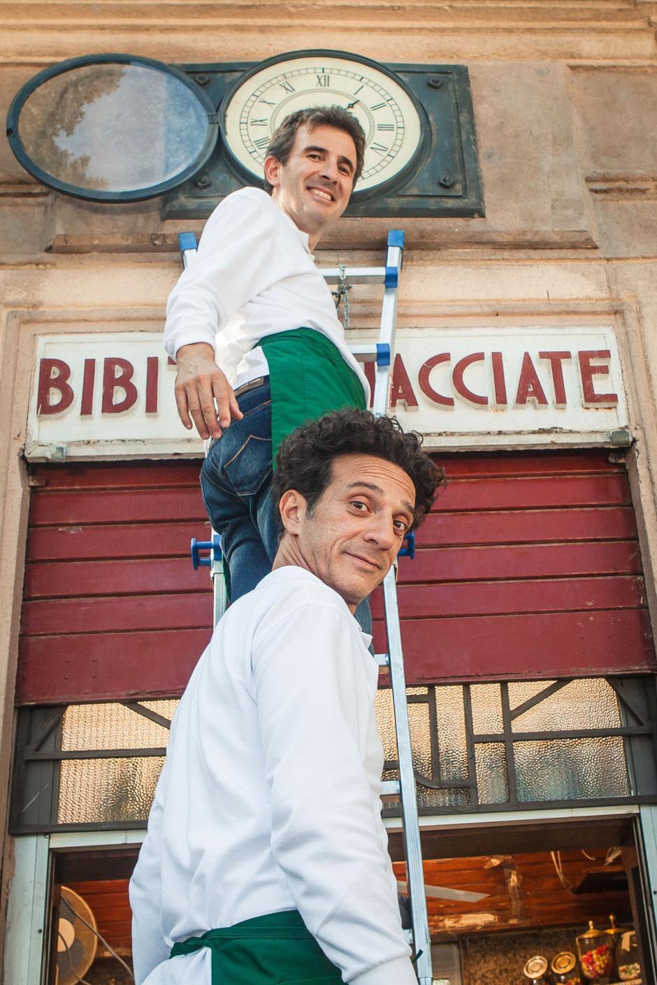 """Das Komiker-Duo Salvatore Ficarra (unten) und Valentino Picone als zerrissenes Brüderpaar in """"Ab heute sind wir ehrlich""""."""