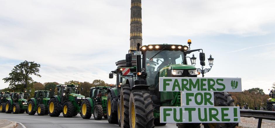 Berlin: Brandenburger Bauern fahren bei einer Protestaktion gegen das Agrarpaket der Bundesregierung mit ihren Treckern um die Siegessäule.