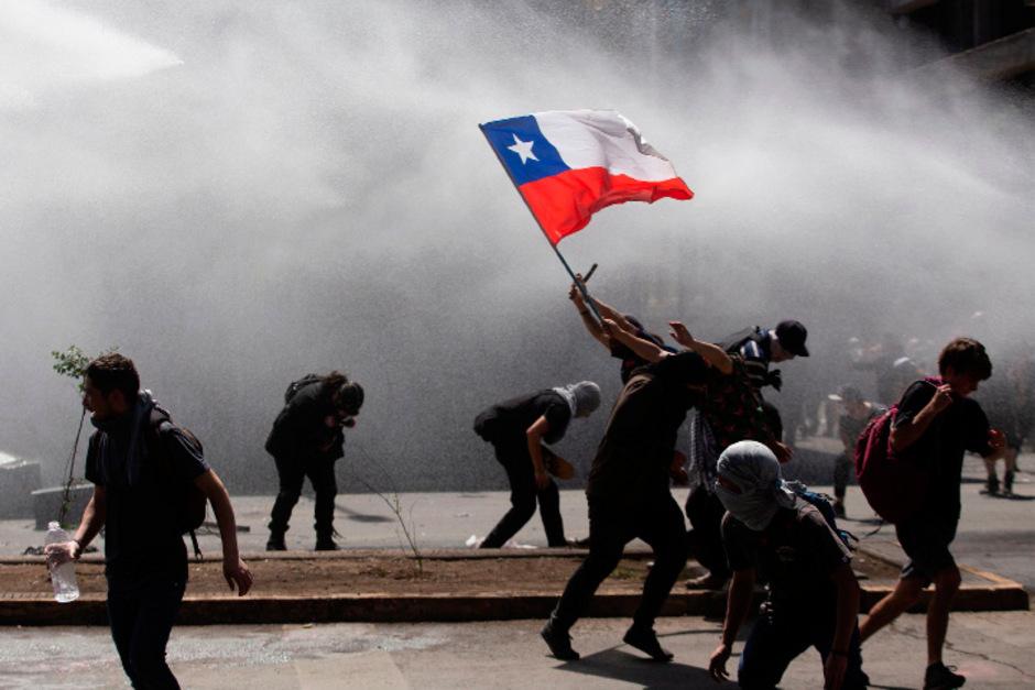 In der Hauptstadt und mehreren anderen Städten Chiles gilt der Ausnahmezustand und eine nächtliche Ausgangssperre.