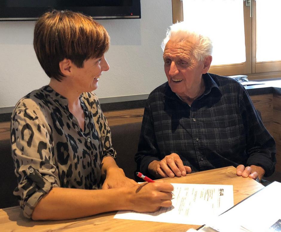 Birgit Platzgummer berät nebenberuflich Pflegebedürftige und deren Anhörige. Dabei hilft sie auch beim Ausfüllen von Formularen.