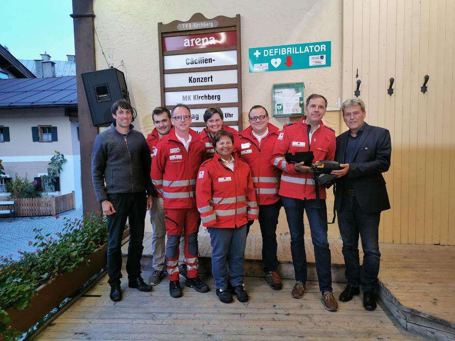 Große Freude herrschte bei der Übergabe des neuen Defi von Gemeinde und TVB ans Rote Kreuz im Musikpavillon in Kirchberg.