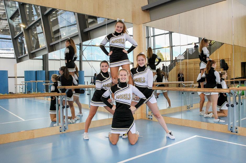 """Spieglein, Spieglein an der Wand: Das Cheerleading-Team """"Tyrolean Angels"""" erntete bei der Halleneröffnung tosenden Applaus."""
