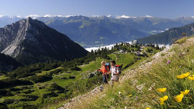 Die Sommerfrische feiert laut Tirol Werbung eine Renaissance, hier Wanderer oberhalb von Eben/Maurach am Achensee.