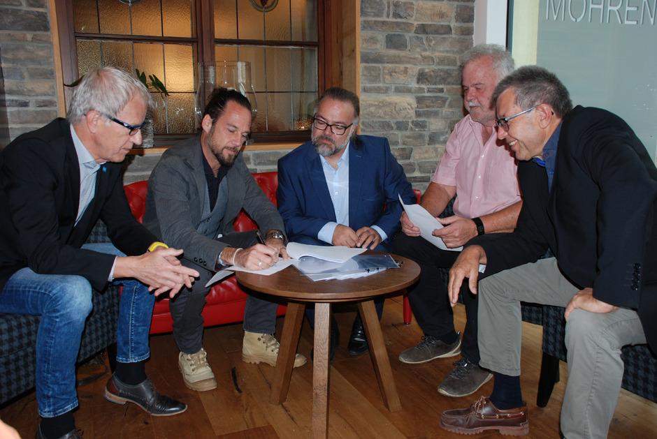 BM Alois Oberer, Bernhard James Lang, Alfred Fritz, TVB-Chef Hermann Ruepp und Burgenverein-Geschäftsführer Armin Walch (v.l.) unterzeichneten die Verträge. Damit ist das Musical 2020 unter Dach und Fach.