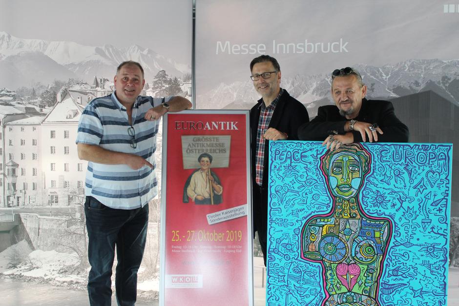 """Waldi Lehnertz (l.) und Detlev Kümmel (M.) aus der TV-Show """"Bares für Rares"""" freuen sich mit Künstler Horst Kordes auf die Euroantik-Messe."""