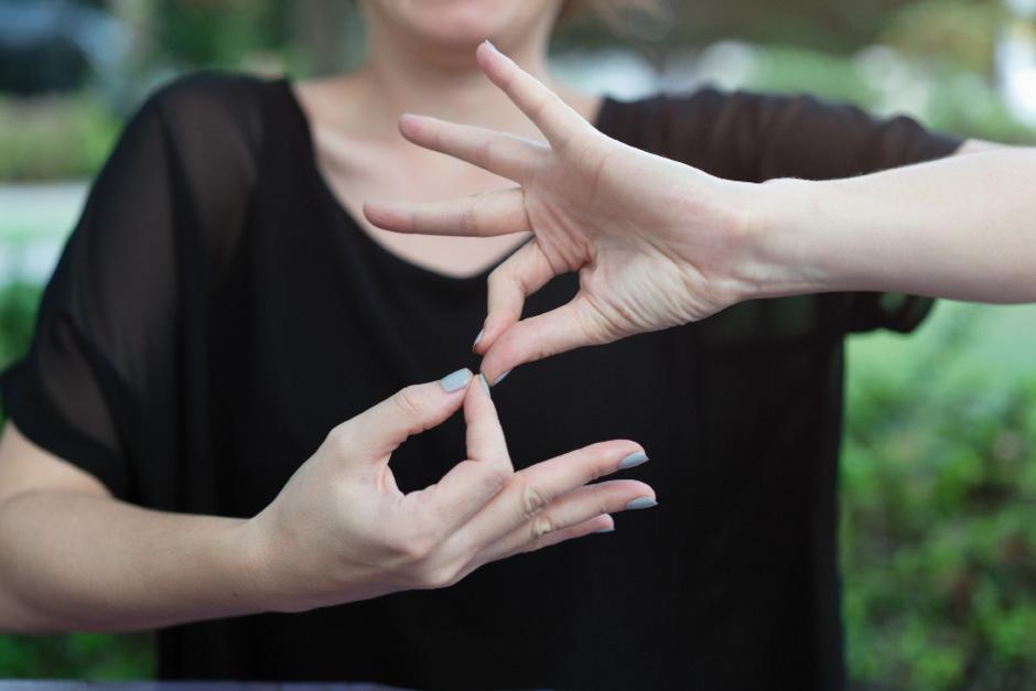 Für gehörlose Menschen können Gebärdensprachdolmetscher die Teilnahme am Alltagsleben grundlegend erleichtern.