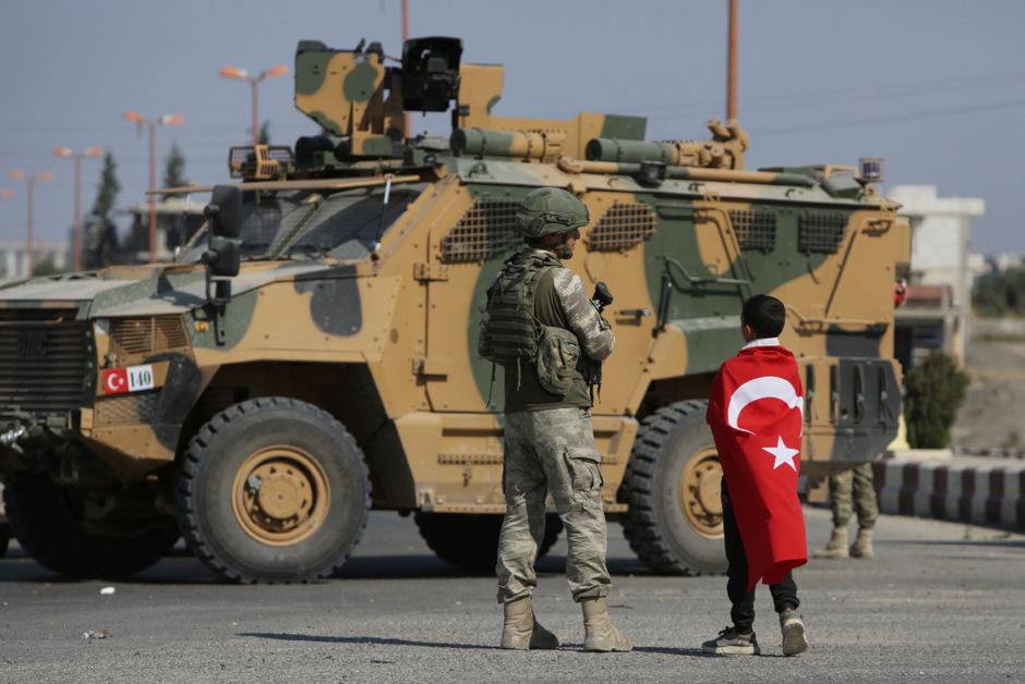 Die Türkei war vor zwei Wochen in Syrien einmarschiert, um die von ihr als Terrororganisation angesehene Kurdenmiliz YPG zu verdrängen.