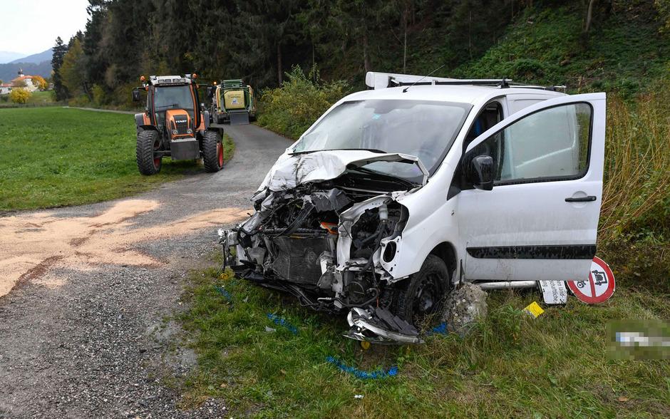 Ein Traktor und ein Kleinbus kollidierten. Beide Lenker wurden bei dem Unfall verletzt.