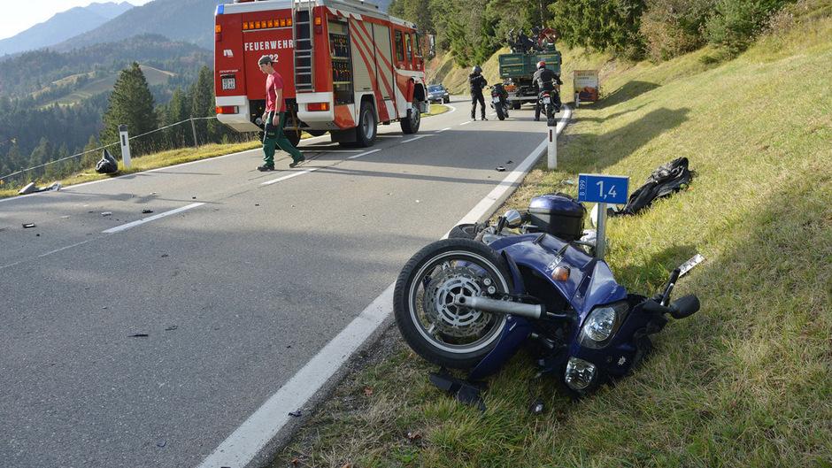 Das Motorrad wurde durch die Wucht des Aufpralls von der Fahrbahn geschleudert.