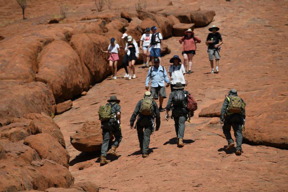 Hunderte Touristen bestiegen das Aborigine-Heiligtum und Wahrzeichen Australiens am Freitag.