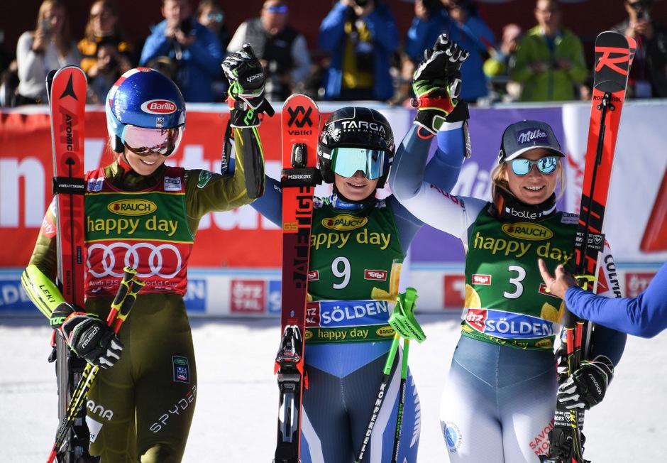 Die Top drei in Sölden: Mikaela Shiffrin und Tessa Worley (r.) nahmen Siegerin Alice Robinson in die Mitte.