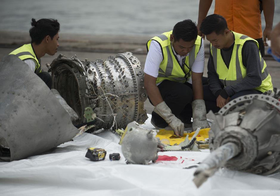 Ermittler bei der Untersuchung von Teilen der abgestürzten Lion-Air-Maschine vom Typ Boeing 737 MAX.