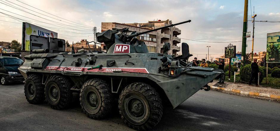 Ein Panzerfahrzeug der russischen Militärpolizei in Qamishli im Norden Syriens.