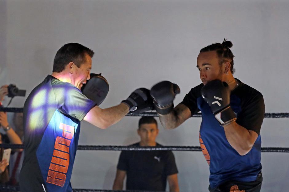 Lewis Hamilton ließ im Ring mit Box-Ikone Julio Cesar Chavez die Fäuste sprechen.