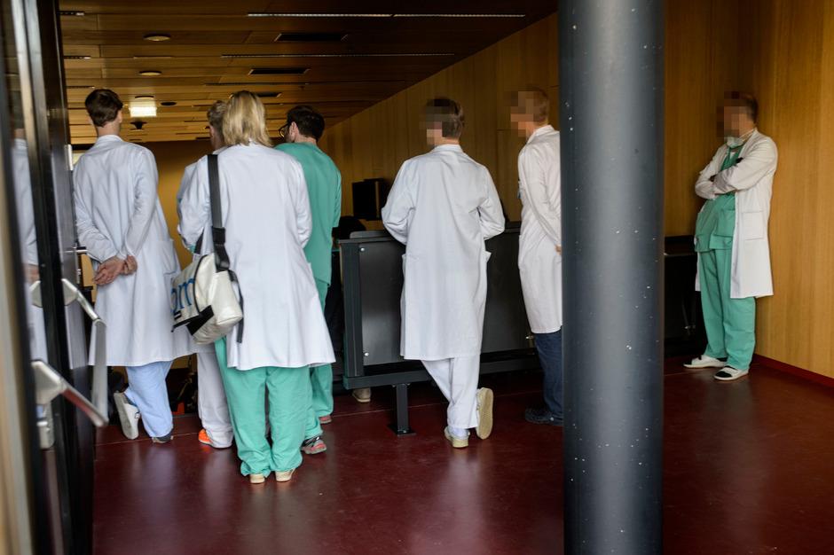 Der Großteil der Mitarbeiterinnen und Mitarbeiter trägt im Spital Arbeitskleidung.