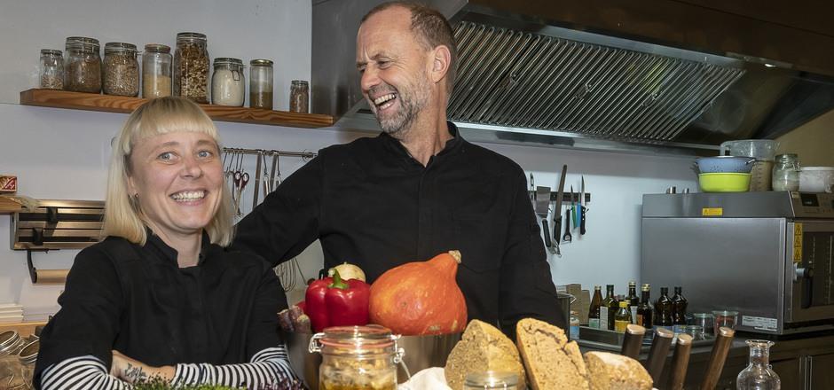 Cashews und Macadamia-Nüsse (l.) fermentieren zu veganem Frischkäse, der auch weiterreifen könnte. Heather Donaldson und Martin Riedel kochen kreativ und schmackhaft, aber konsequent vegan.