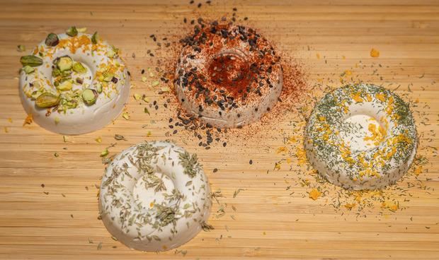 Mit Kräutern und Kernen wird der Nusskäse noch geschmacklich verfeinert und liebevoll dekoriert.