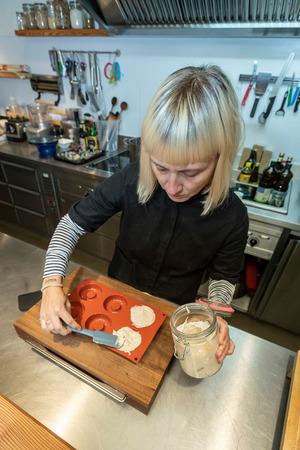 Die Nusskäsemasse wird in ein Stofftuch umgefüllt. Die überschüssige Flüssigkeit wird ausgewrungen. Dann beginnt die Reifung. Heather Donaldson füllt den Frischkäse nach mindestens einem Tag Reifezeit in Silikonförmchen.