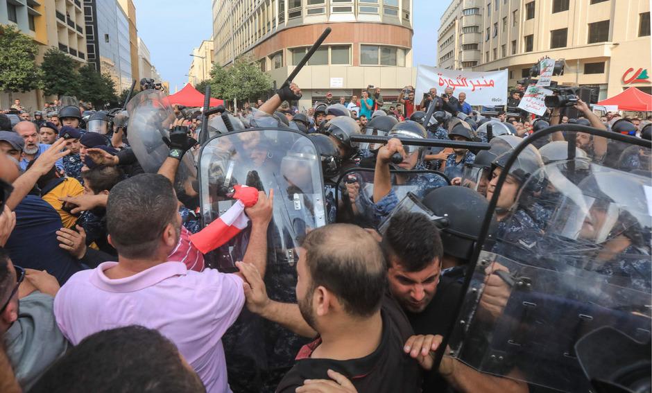 Die Demonstranten fordern den Rücktritt der Regierung und ein neues politisches System.