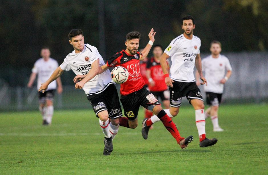 In der Partie der Regionalliga Tirol gaben die Hausherren (mit Florian Binder, rot) beim 2:2-Heimremis gegen die Reichenau (Sebastian Pittl) eine 2:0-Führung aus der Hand.