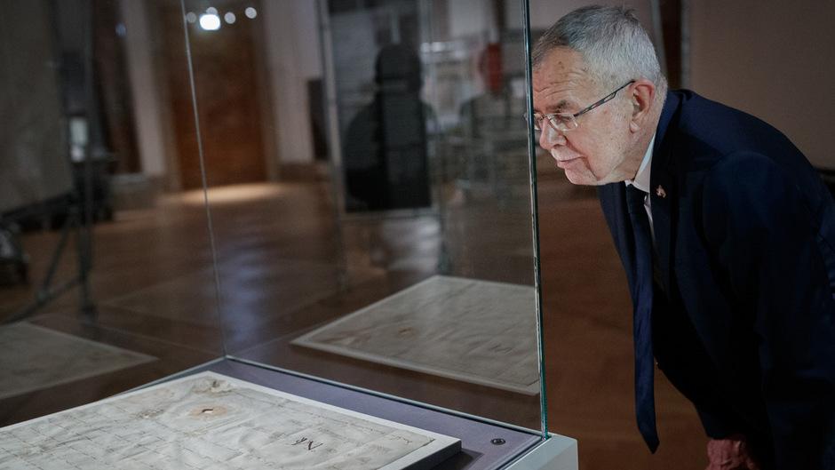 Alte Urkunde, aktuell aufgeladen: Die frühe Erwähnung des Namens sollte die österreichische Identität stärken. Bundespräsident Alexander Van der Bellen mit dem historischen Dokument.