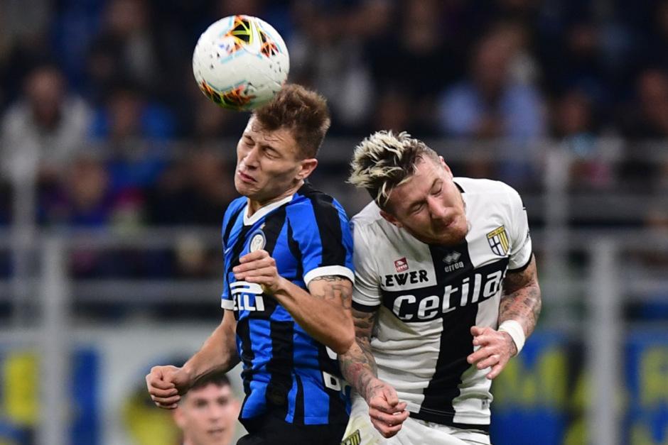 Inter Mittelfeldspieler Nicolo Barella (li.) and Parma's Stürmer Fabio Ceravolo.