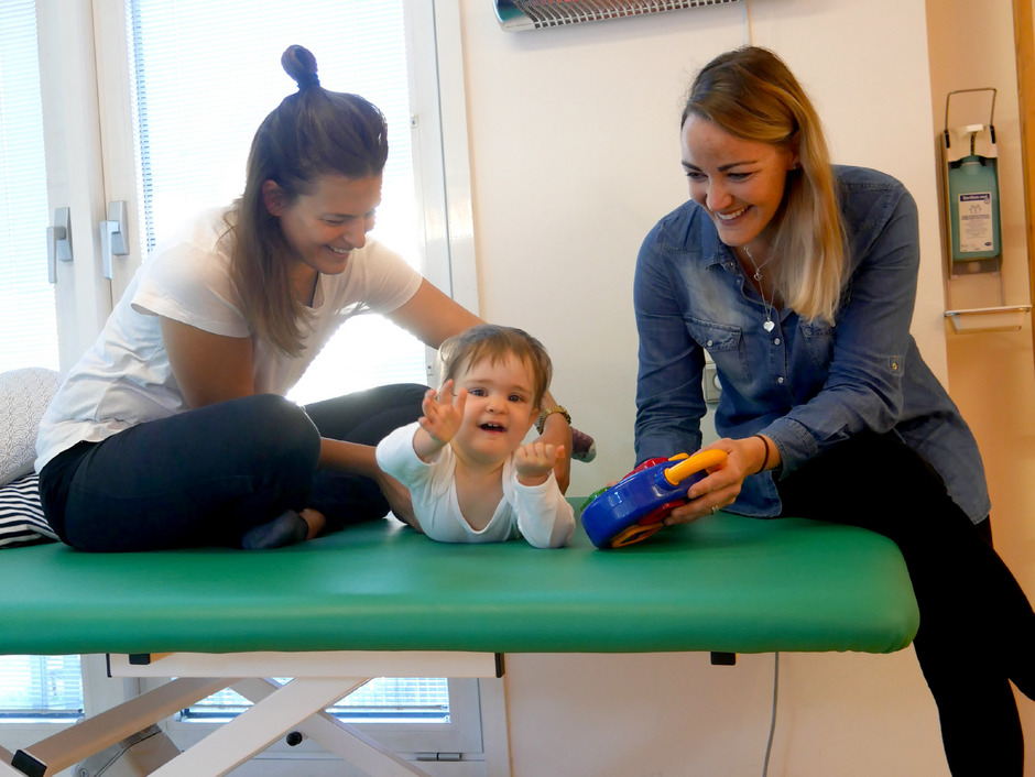Physiotherapeutin Nora Freitag und Mutter Ines Bachmann machen mit Lilly-Marie verschiedene Übungen.
