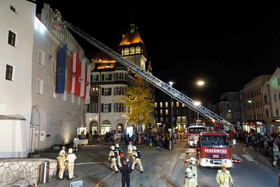 Viele Zuschauer säumten die Straße vor dem Rathaus bei der Hauptübung der Stadtfeuerwehr.