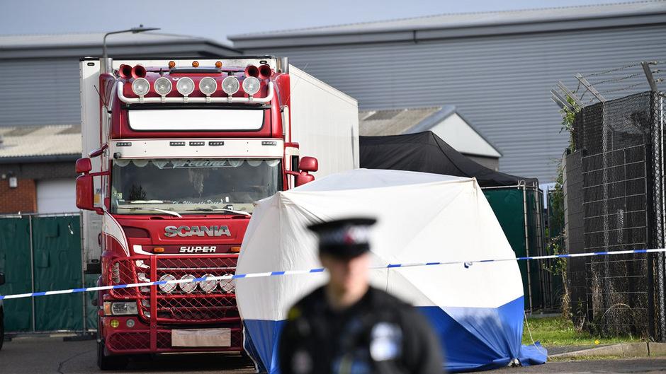 Nach dem grausigen Fund von 39 Leichen in einem Lastwagenanhänger nahe London gehen die Ermittler weiter vielen offenen Fragen nach.