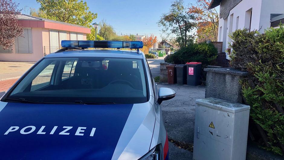 Ein Polizeiauto steht in der Nähe des Tatorts.