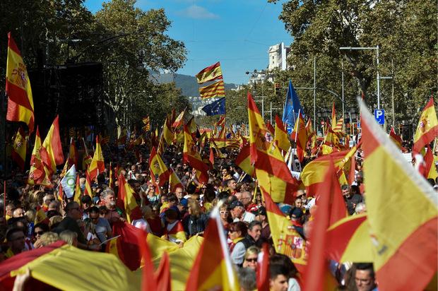 Die Behörden sprachen am Sonntag von 80.000 Teilnehmern bei der Demo gegen die Unabhängigkeit, die Veranstalter bezifferten die Zahl auf 400.000.