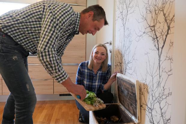 Organische Küchenabfälle landen direkt in einer Wurmkiste, die in der Küche steht.
