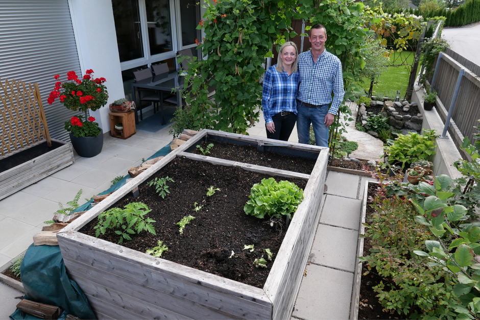 Auf 22 Quadratmetern Garten vor ihrer Erdgeschoßwohnung gehen Anita Kerschbaumer und Thomas Schrotter ihrem Hobby Gartenbau nach.