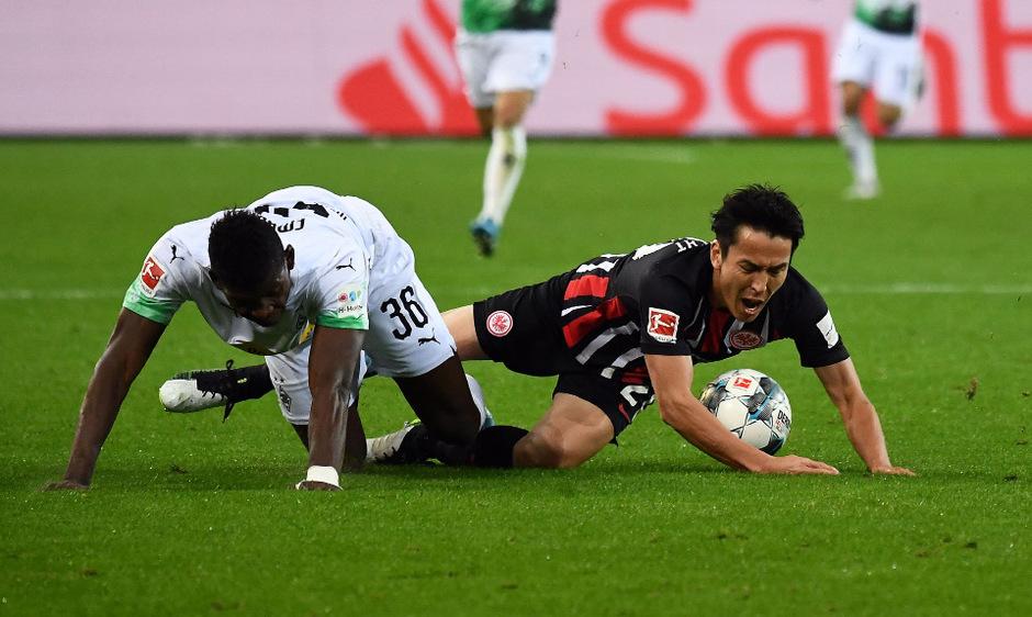 Breel Embolo (Borussia Mönchengladbach) im Duell mit Frankfurts Makoto Hasebe.