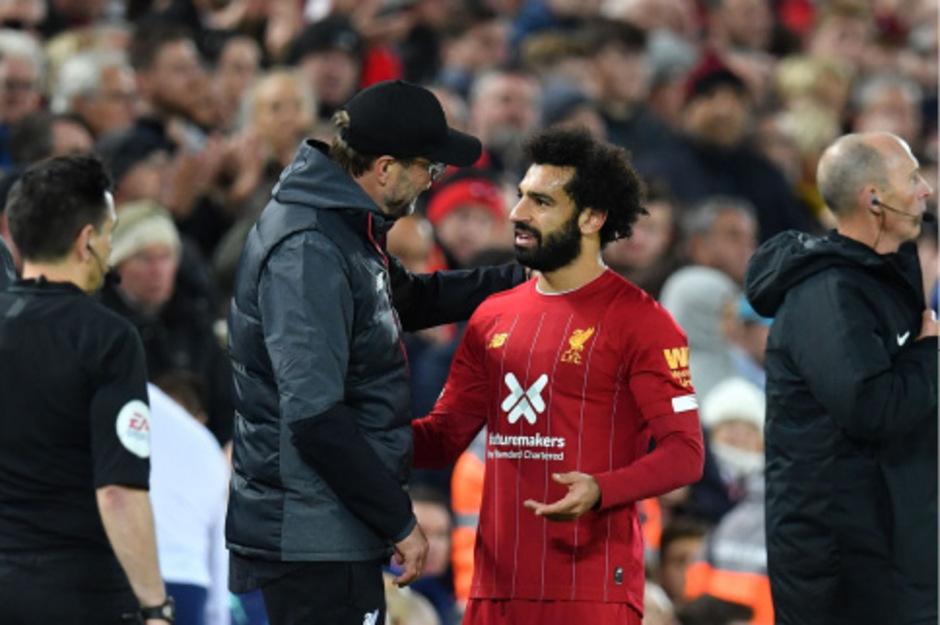 Siegtorschütze Mohamed Salah (r.) wird von Liverpool-Coach Jürgen Klopp gefeiert.