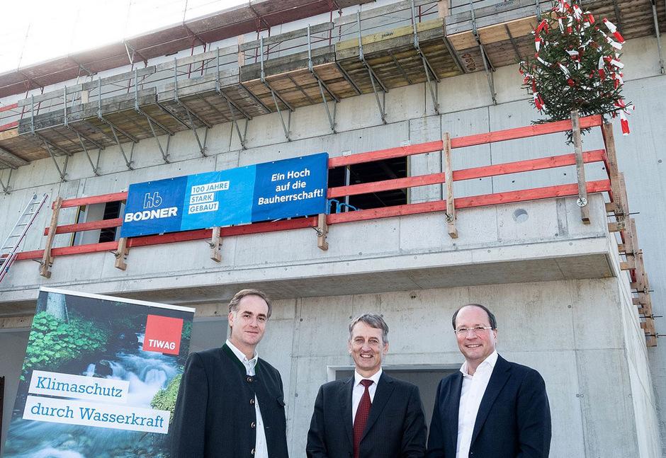 Zeigen sich zufrieden mit dem Baufortschritt beim zweiten Krafthaus in Kirchbichl: (v.l.) Projektleiter Martin Pfennig, Tiwag-Vorstandsvorsitzender Erich Entstrasser und Bauunternehmer Thomas Bodner.
