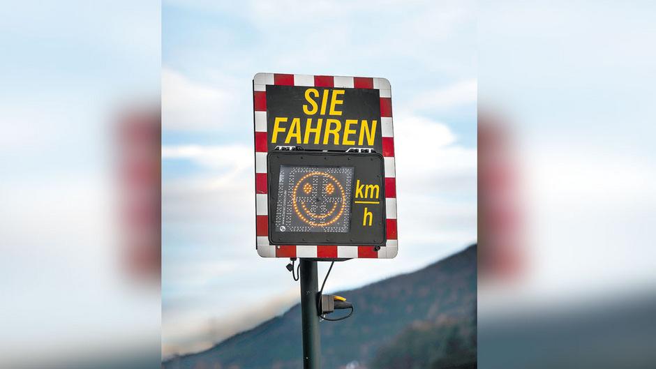 Davor bremsen, danach Gas geben: Das Tempomessgerät erntet in der Tuxer Straße Kritik