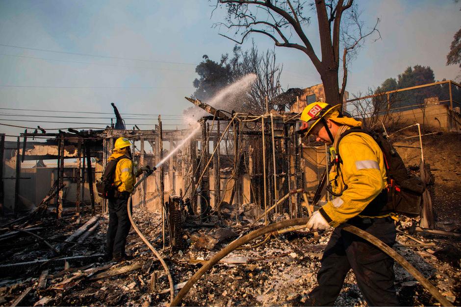 Die seit Tagen wütenden Brände haben bereits Dutzende Häuser zerstört und Zehntausende Menschen in die Flucht getrieben.