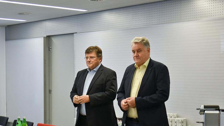 Die Gewerkschafter Karl Dürtscher (GPA-djp, r.) und Rainer Wimmer (Pro-GE) am Beginn der fünften Verhandlungsrunde.