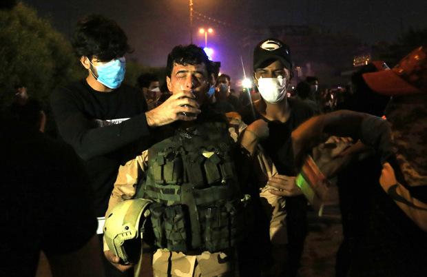 Demonstranten geben einem Soldaten etwas zu trinken.