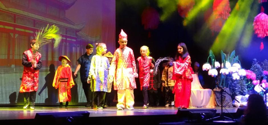 """Die Volksschüler brachten """"Die chinesische Nachtigall – Wie der Kaiser zu seinem Vogel kam"""" auf die Bühne im SZentrum."""