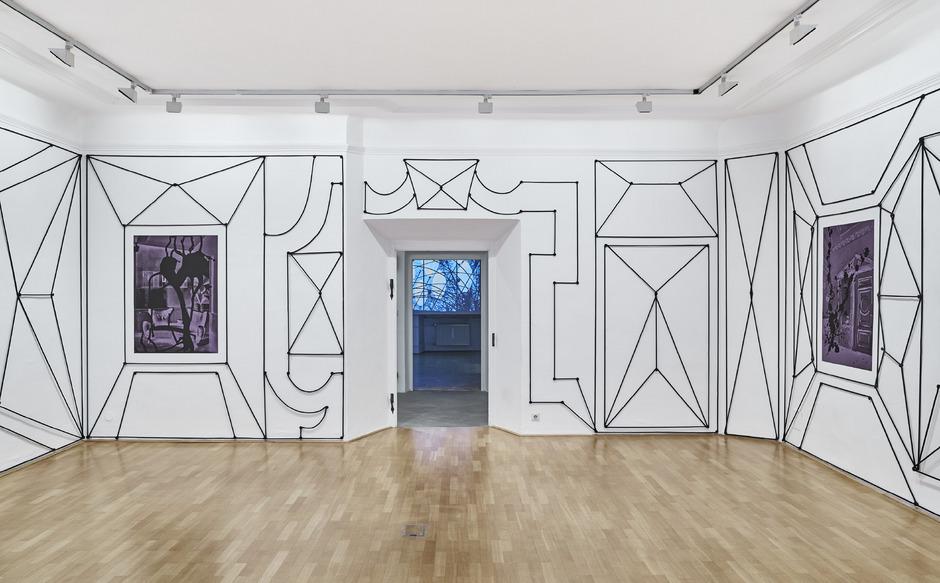"""Seilzeichnungen im Raum: Julian Göthes beliebte Technik ist auch in Schwaz zu sehen. Gelungen ist die Gesamtinstallation auch über die Erweiterung durch den Film """"Walls Talk""""."""