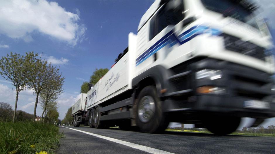 Die Arbeiterkammer (AK) fordert eine flächendeckende Lkw-Maut auf dem niederrangigen Straßennetz. (Symbolfoto)