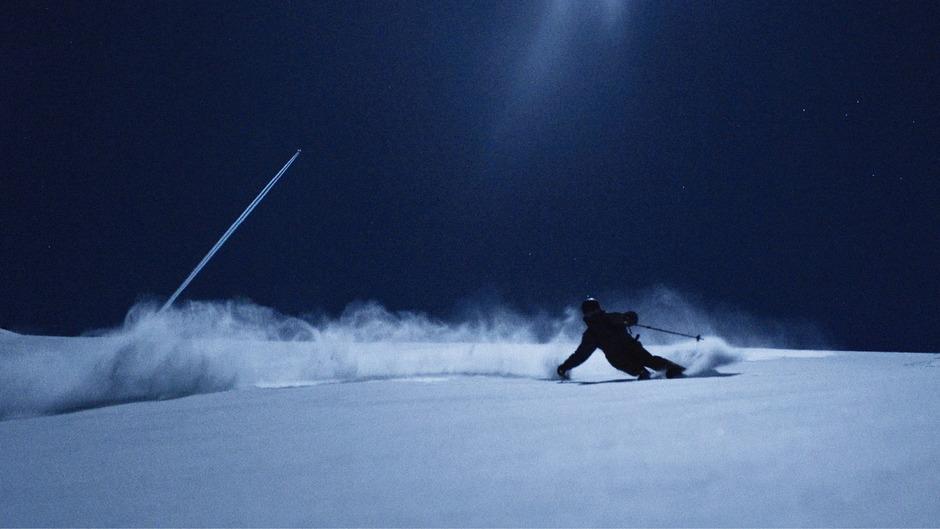 """Silhouetten und Schatten im Schnee: Nur der Vollmond erleuchtet dem Skifahrer im Film """"Full Moon"""" den Weg vom Berg ins Tal."""