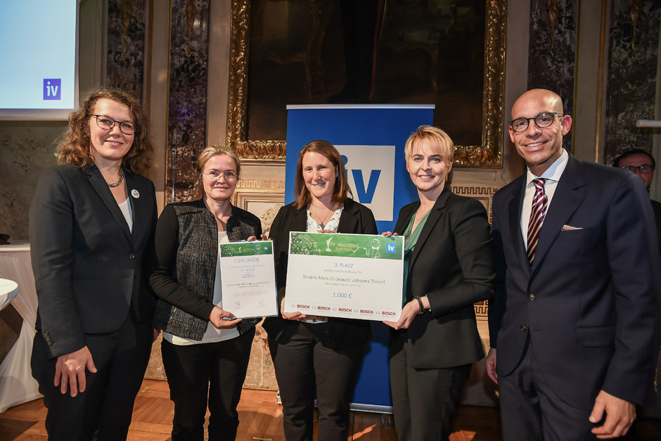 Bundesministerin Iris Rauskala, Johanna Tamerl, Beatrix Mark-Grünauer, Marlies Hass und Axel Kühner (v. l.) bei der Verleihung.