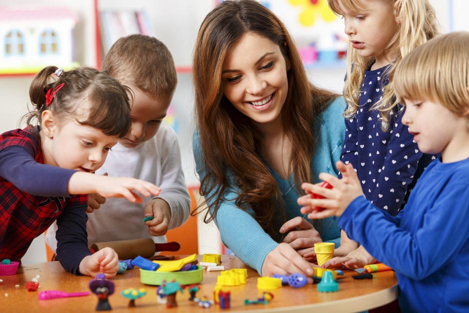 In den 476 Tiroler Kindergärten waren im Betreuungsjahr 2018/19 3102 Personen im Kindergarten beschäftigt. Davon waren 1617 pädagogische Fachkräfte und 1485 Assistenzkräfte.