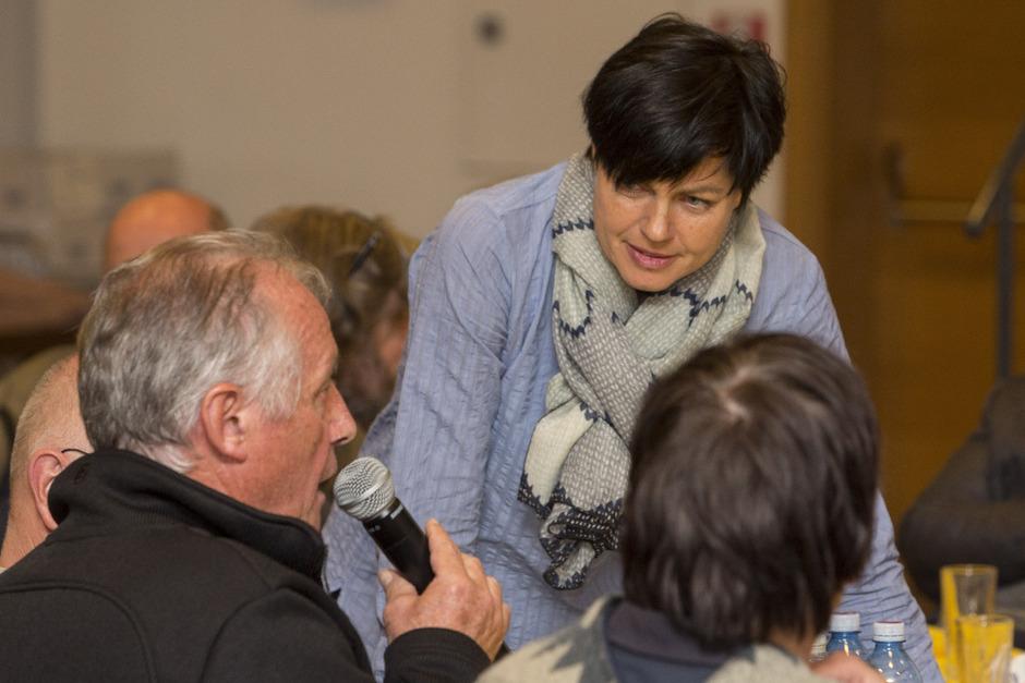 Moderatorin Marion Amort im direkten Austausch bei der Veranstaltung in Längenfeld.
