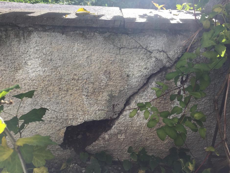 Durch den Druck der Straße hat die Mauer Risse bekommen.