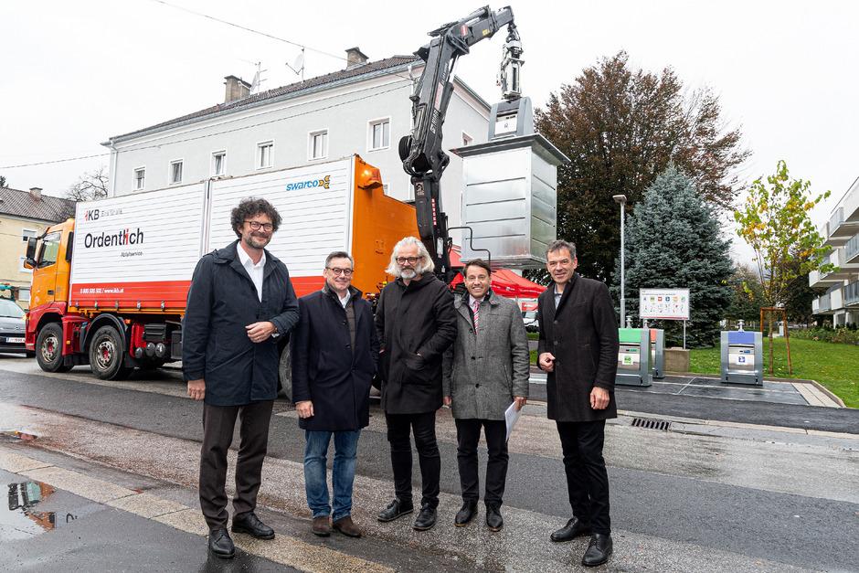 BM Georg Willi inspiziert mit Franz Danler (IIG), Architekt Hanno Vogl-Fernheim, NHT-Chef Markus Pollo (NHT) und Thomas Pühringer (IKB, v.r.) das neue System im Pradler Saggen.