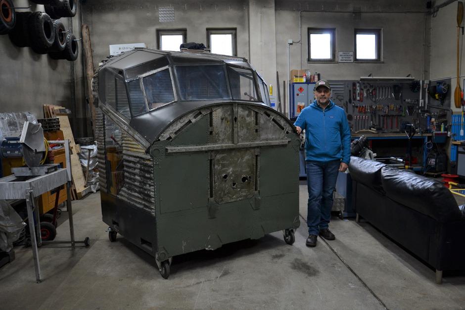 Bergretter und Mitbesitzer des Wracks Friedl Steiner mit dem restaurierten Cockpit der historischen Ju 52. Es ist provisorisch in einer Garage gelagert.